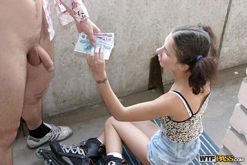 Телка предлагает за деньги отсосать 18 фотография