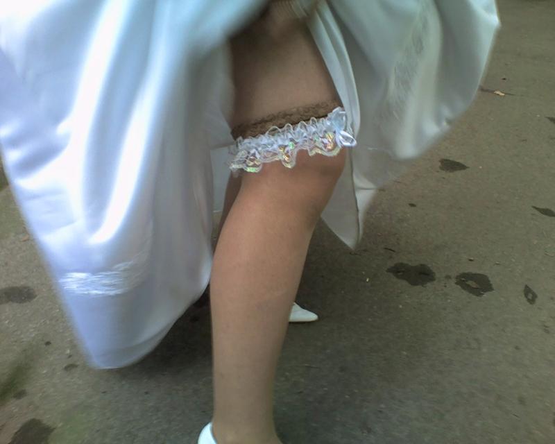 Подглядывание на свадьбе у невесты под юбкой видео
