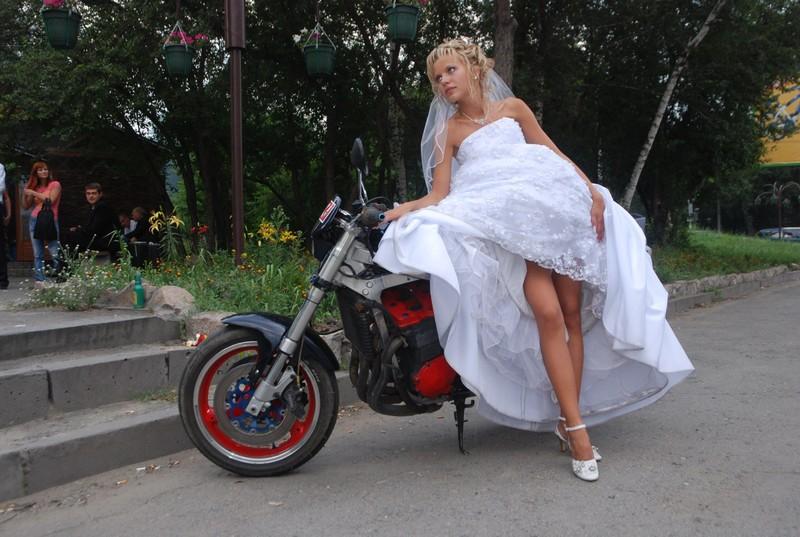 Подсматриваем под юбкой у невест