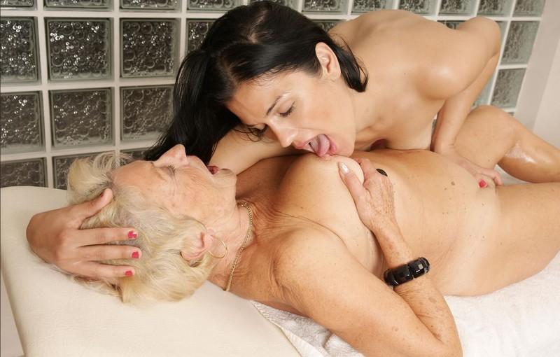 porno-lesbiyanki-tseluyutsya-yazikom