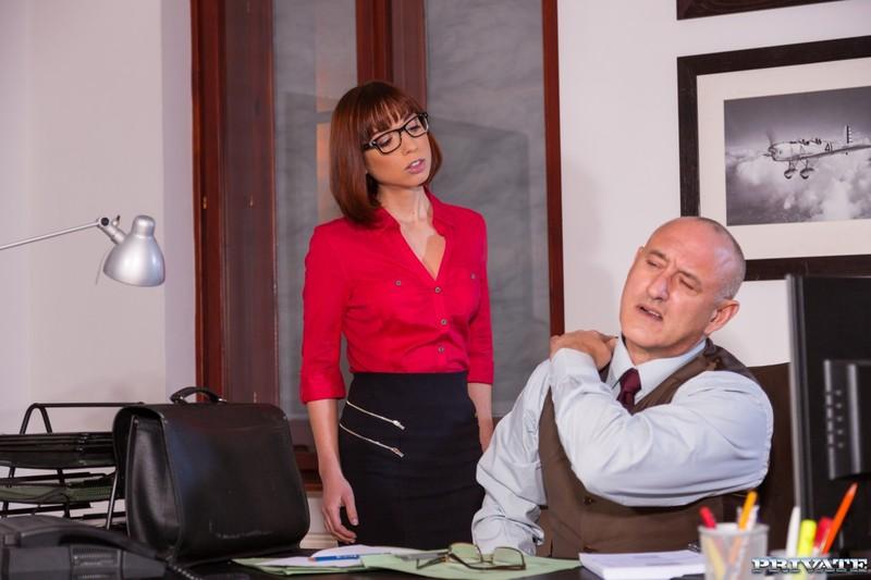 переживал,но решил босс приказал секретарше сосать начала