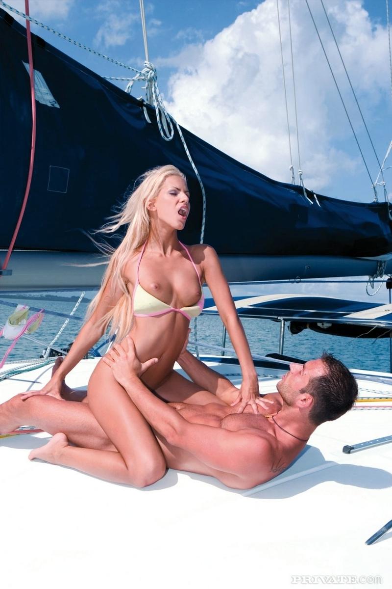 Секс с двумя на яхте 4 фотография