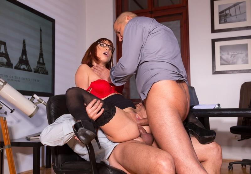 ублажает босса порно своего
