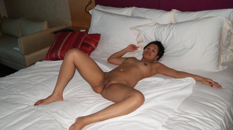 erotika-razdvinula-nogi-na-krovati
