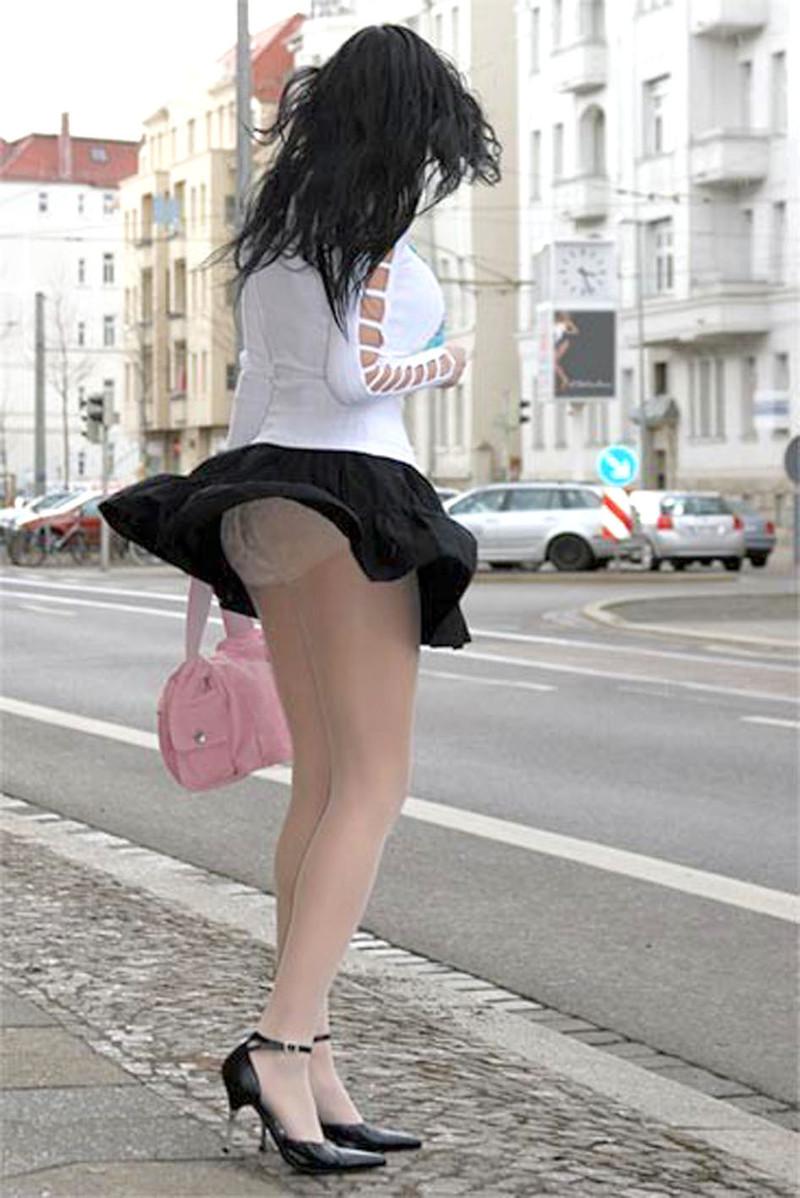 Смотреть фото девушек в колготках задрали юбки 1 фотография