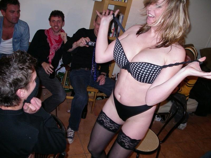 Сексуальная зрелая женщина танцует стриптиз перед молодым парнем 17 фотография