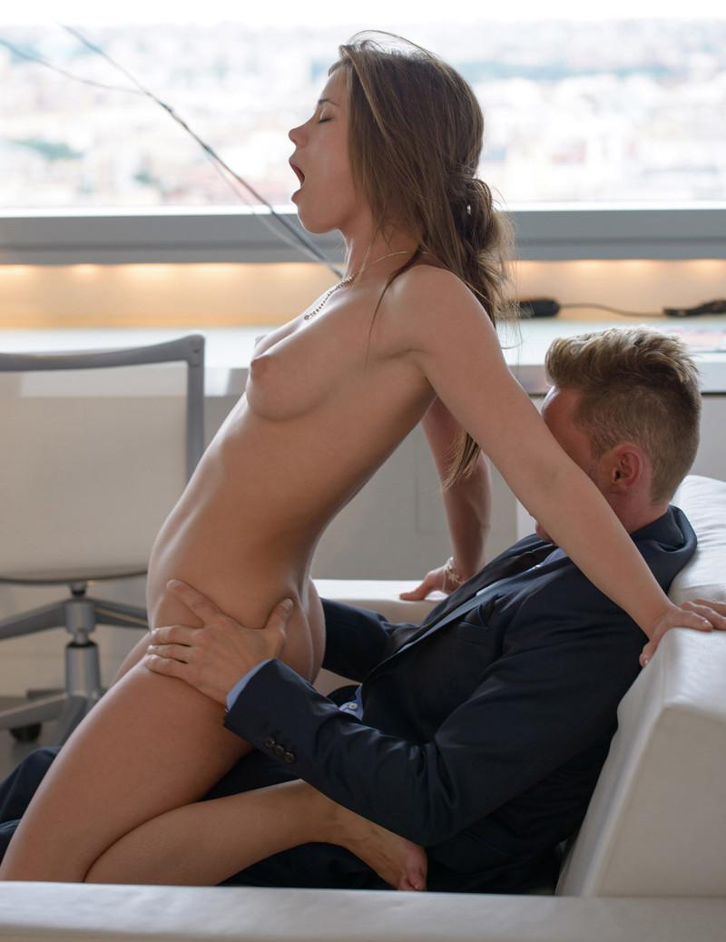Трахают женщину в деловом костюме 29 фотография