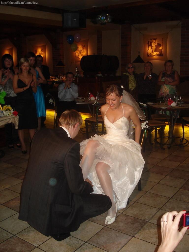 Невеста засветилась на свадьбе без трусов