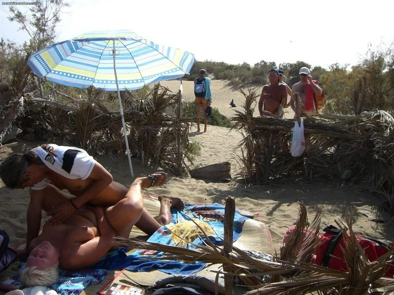 Старые нудисты на пляже 14 фотография