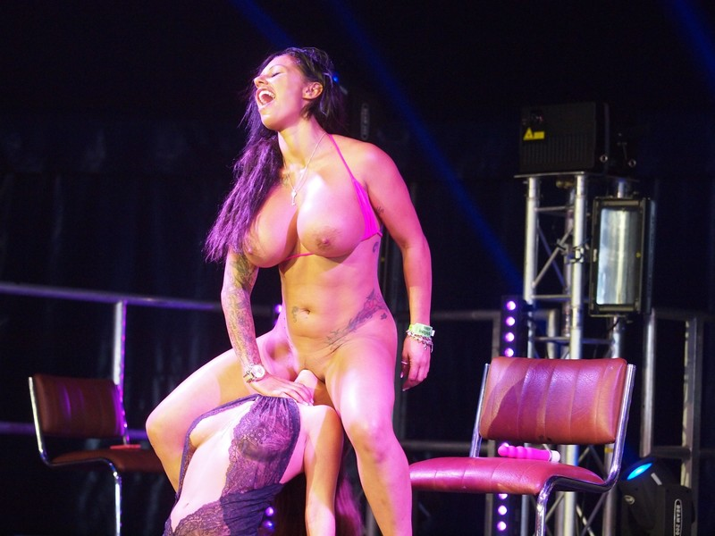 Порно на сцене перед зрителями