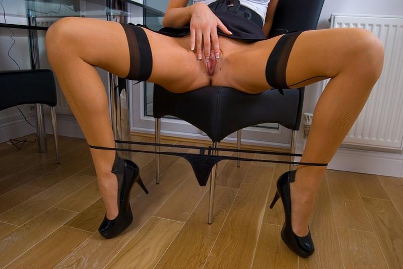 смотреть онлайн силиконовая секретарша мастурбирует среди них встречаются