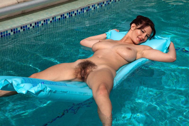 Эротика шлюха купается в бассейне