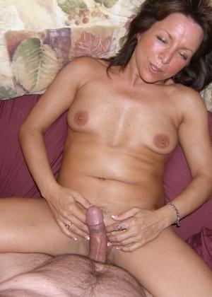 Ее вагина настолько широка и глубока, что приходится пихать вместе хуем дли