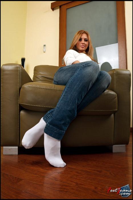 Белых джинсах носках в блондинка в и