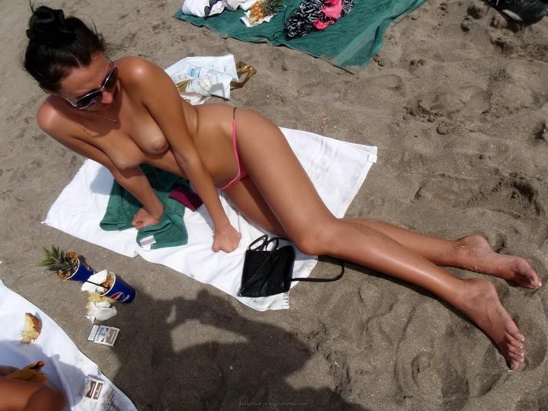 Голые девушки в стрингах фото на пляже