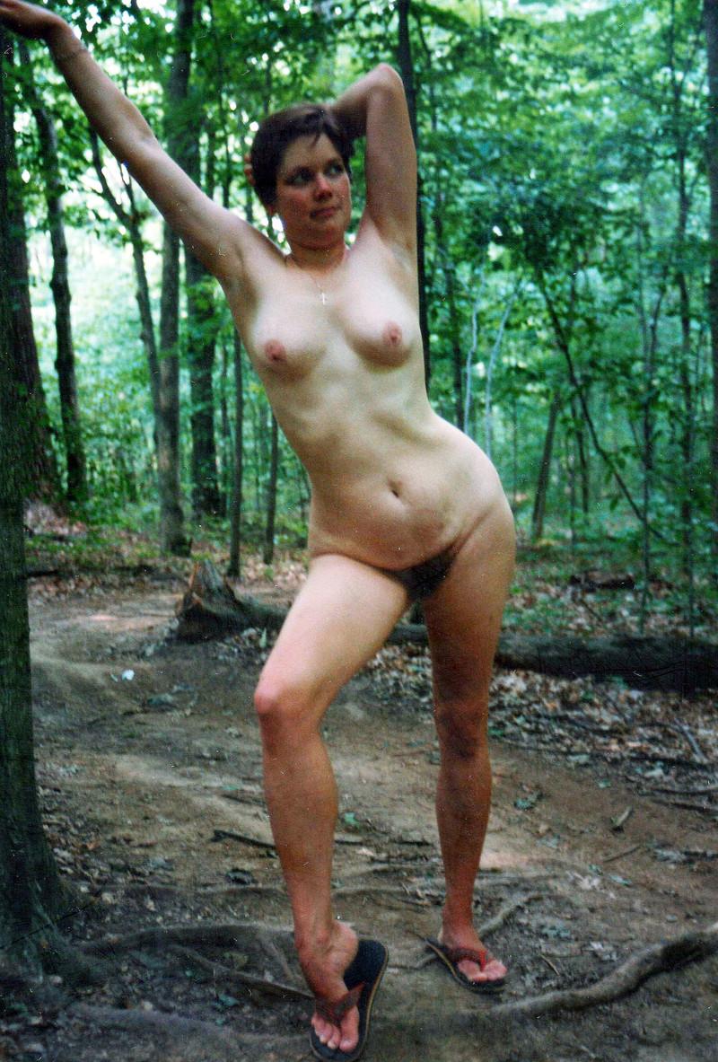 гуляла по лесу голой