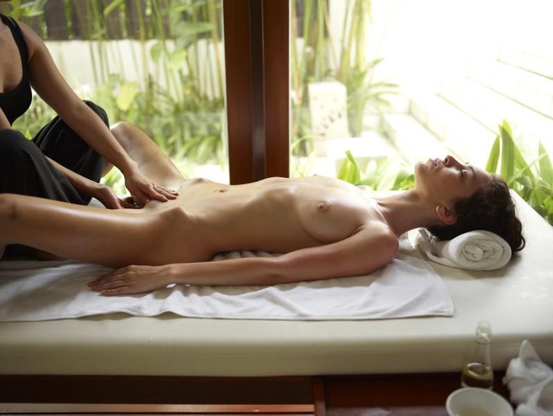 Телочке делают массаж 3 фотография