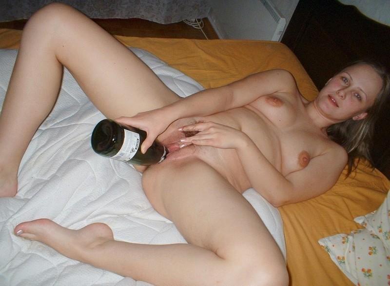 бутылку пизду суют бабе в