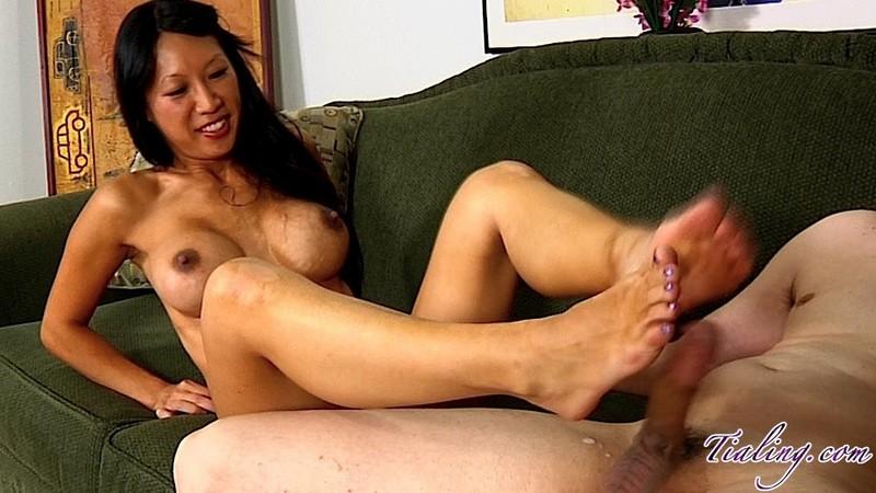 Порно азиатка дрочит ногами
