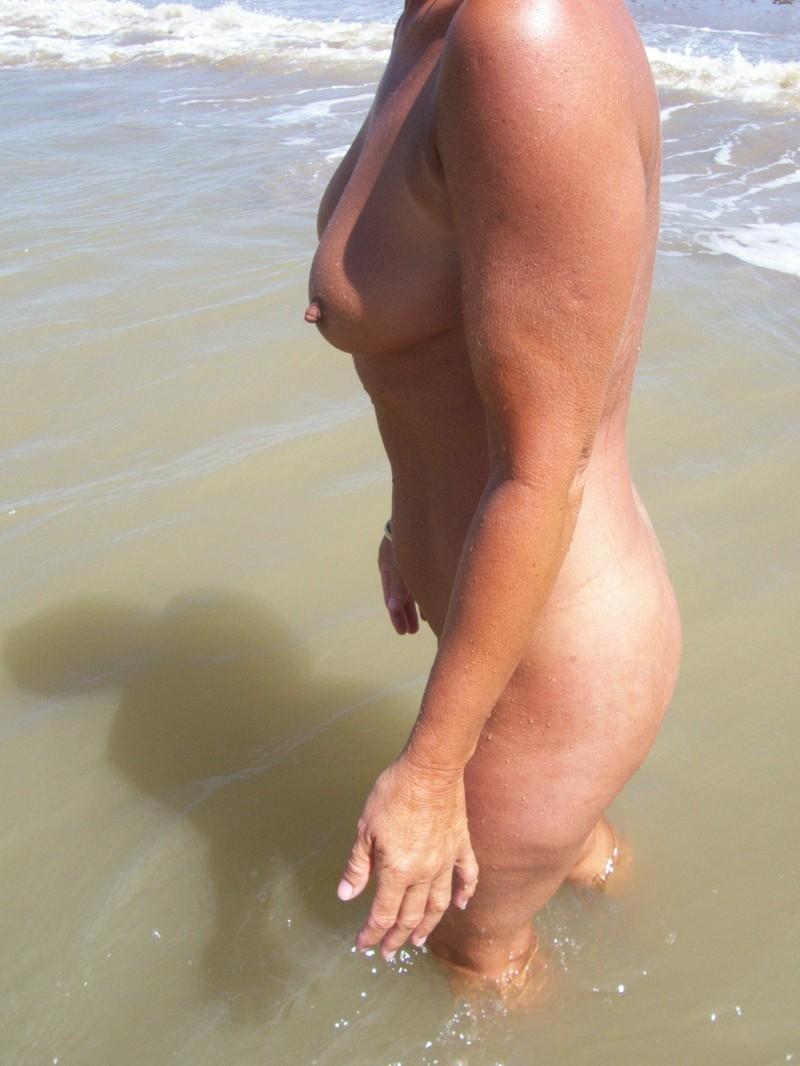 Попа на пляже в мини юбке найдете порно