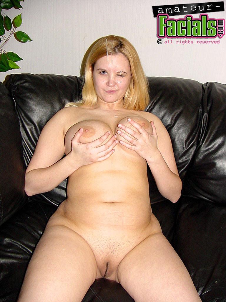 Возбужденная толстая жена кончает с мужем на диване в гостиной