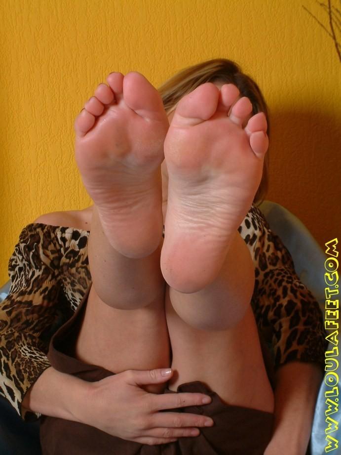 Кому нравится лизать ноги парням давай,давай)))