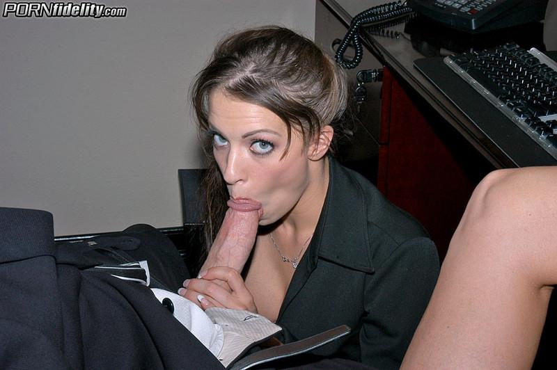 Смотреть Порно Отсосала Под Столом