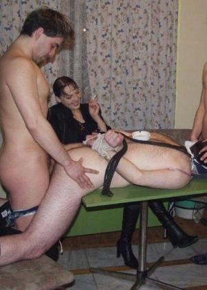 seks-zhenshina-privela-domoy-podrugu