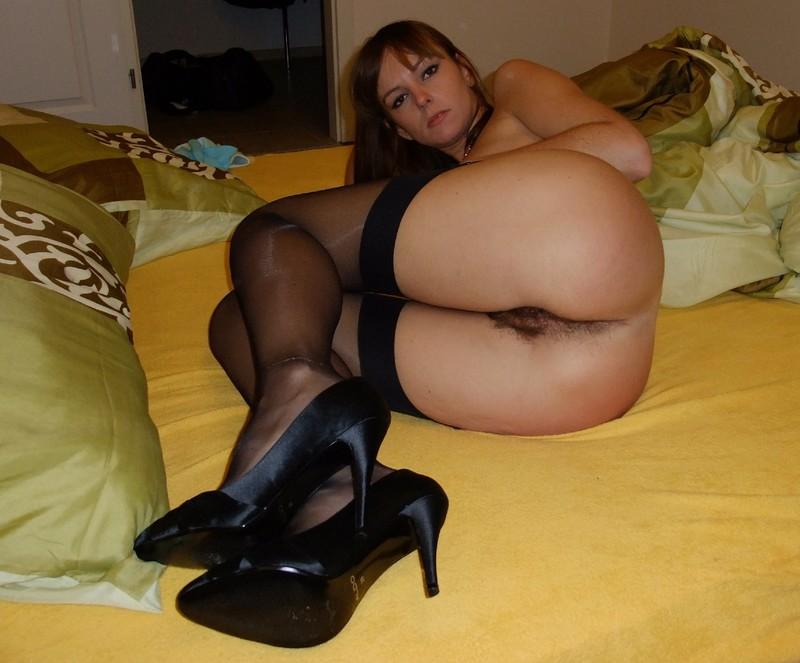 У девушки много красивого белья, поэтому она обожает показывать свое еле пр