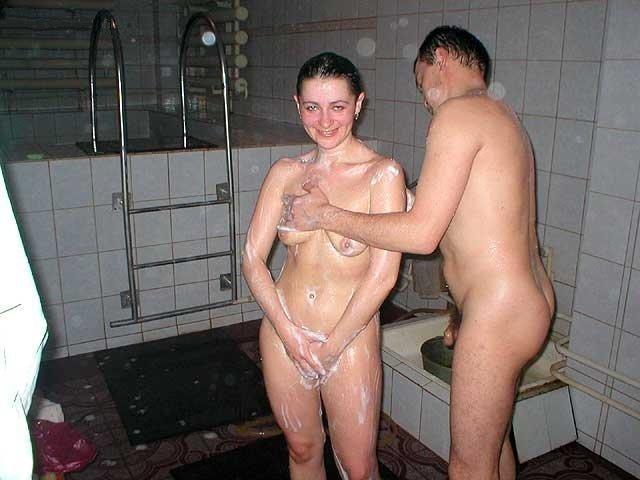 видео мужчины раздевают женщин до гола купаю в ванной и смиюца дочь