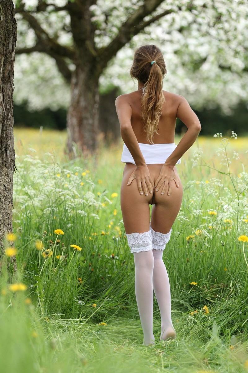 Девушка одна дома мастурбирует огурцом  порно фото на