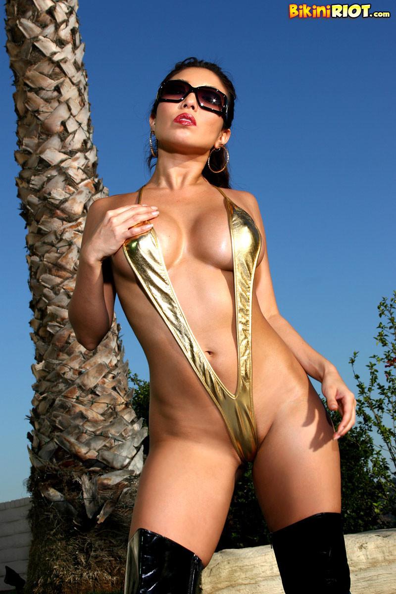 Фото девушки в мини бикини с большой грудью 13 фотография