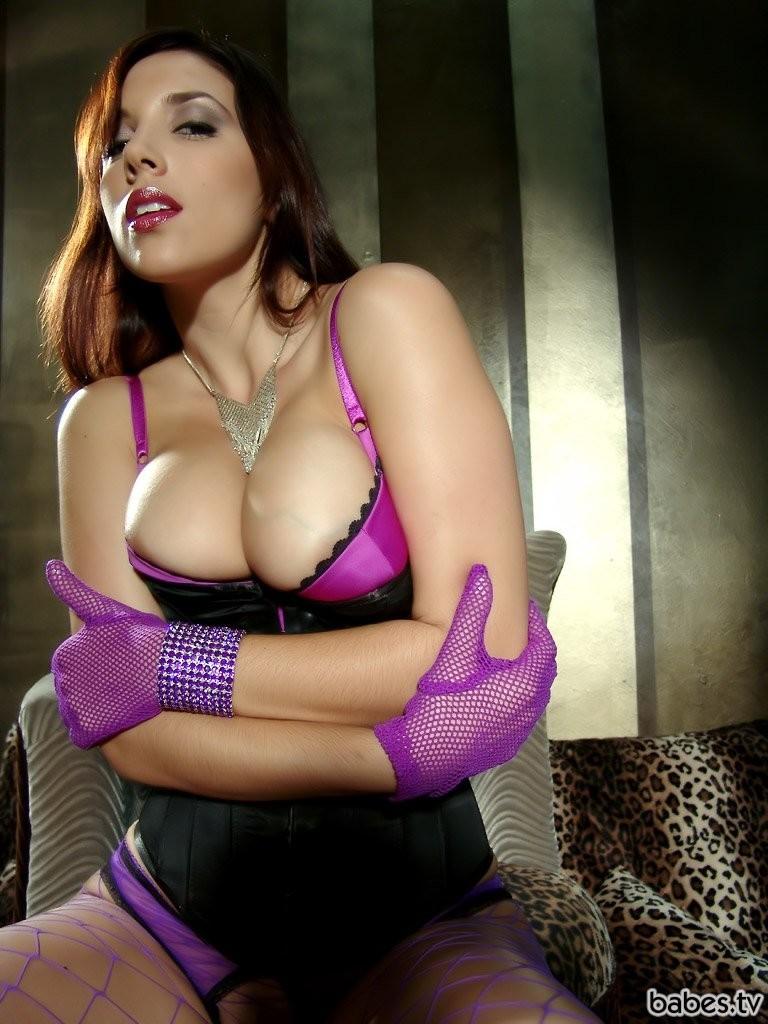 сексуальная девушка раздевается до трусиков фото