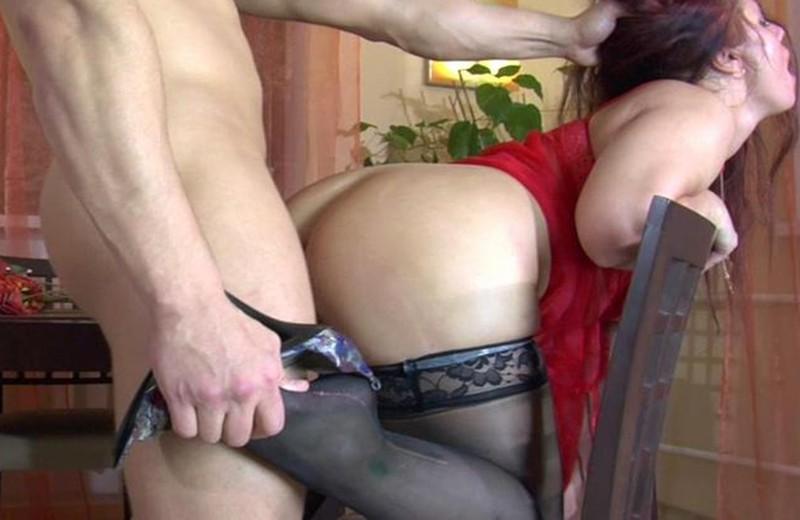 Порно трахнул длинноногую мамку в чулках