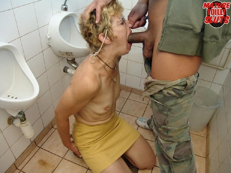 Трах в туалете зрелой фото