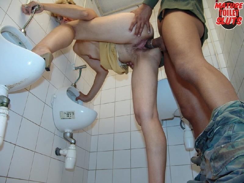 порадуем тебя порно подсмотрел в туалете онлайн тема гомосексуальные контакты