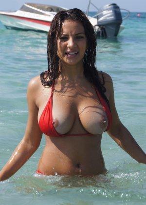 Красивая латина с большими сиськами гуляет топлесс по пляжу
