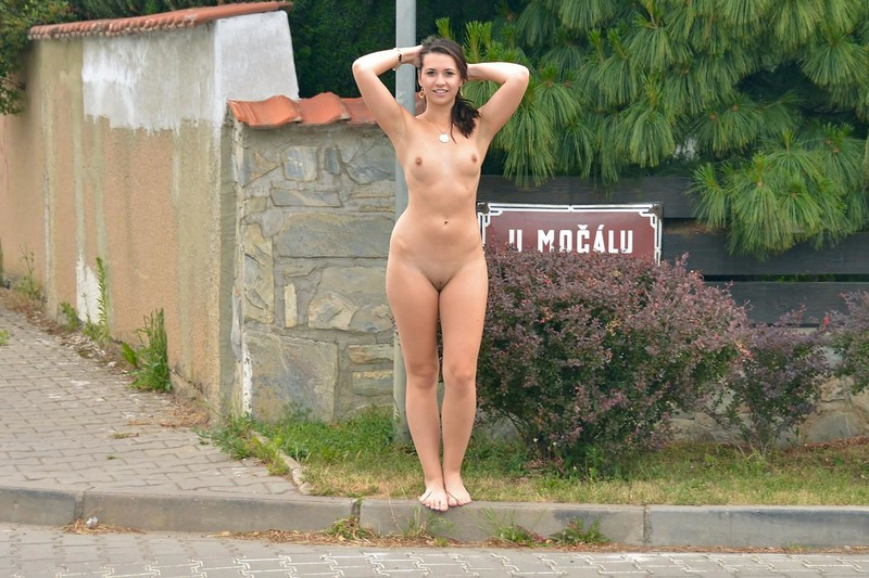 издала красивые голые женщины идут по улице обоих